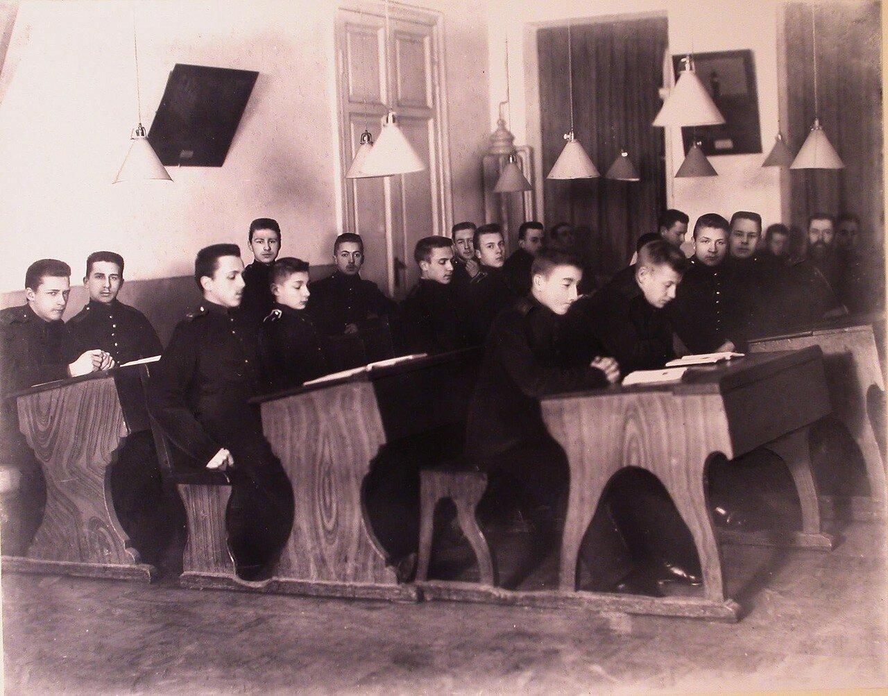 05. Воспитанники одного из старших классов кадетского корпуса во время урока