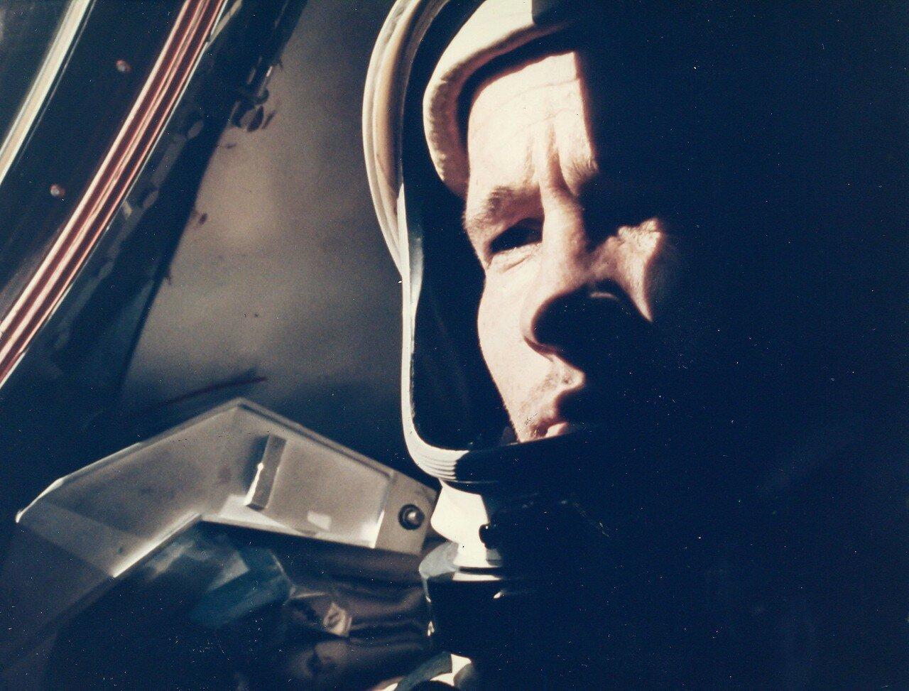33. 1965, 3 июня. Первый выход американского астронавта в открытый космос. Ред Уайт уплывает от космического корабля «Джемини»-4