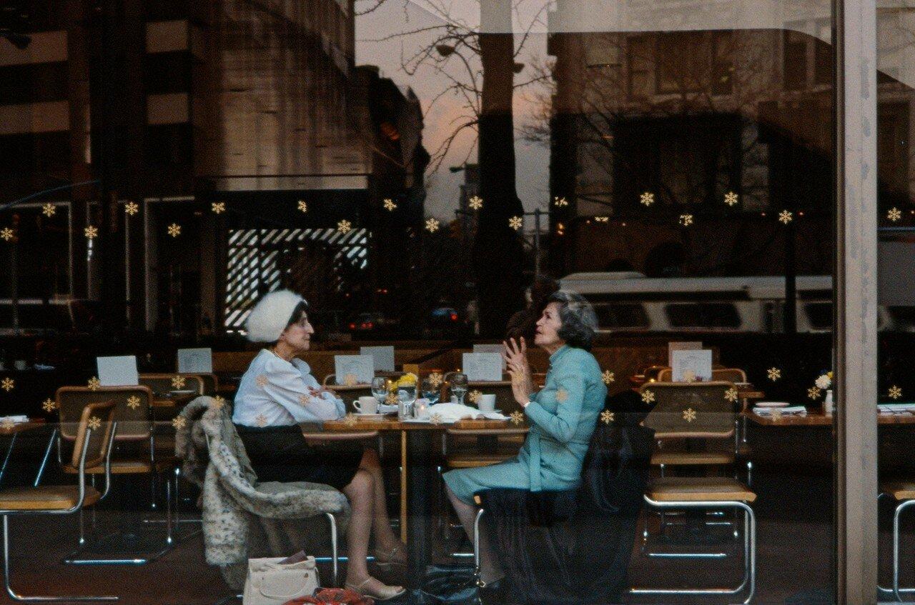 1984. Женщины в кафетерии