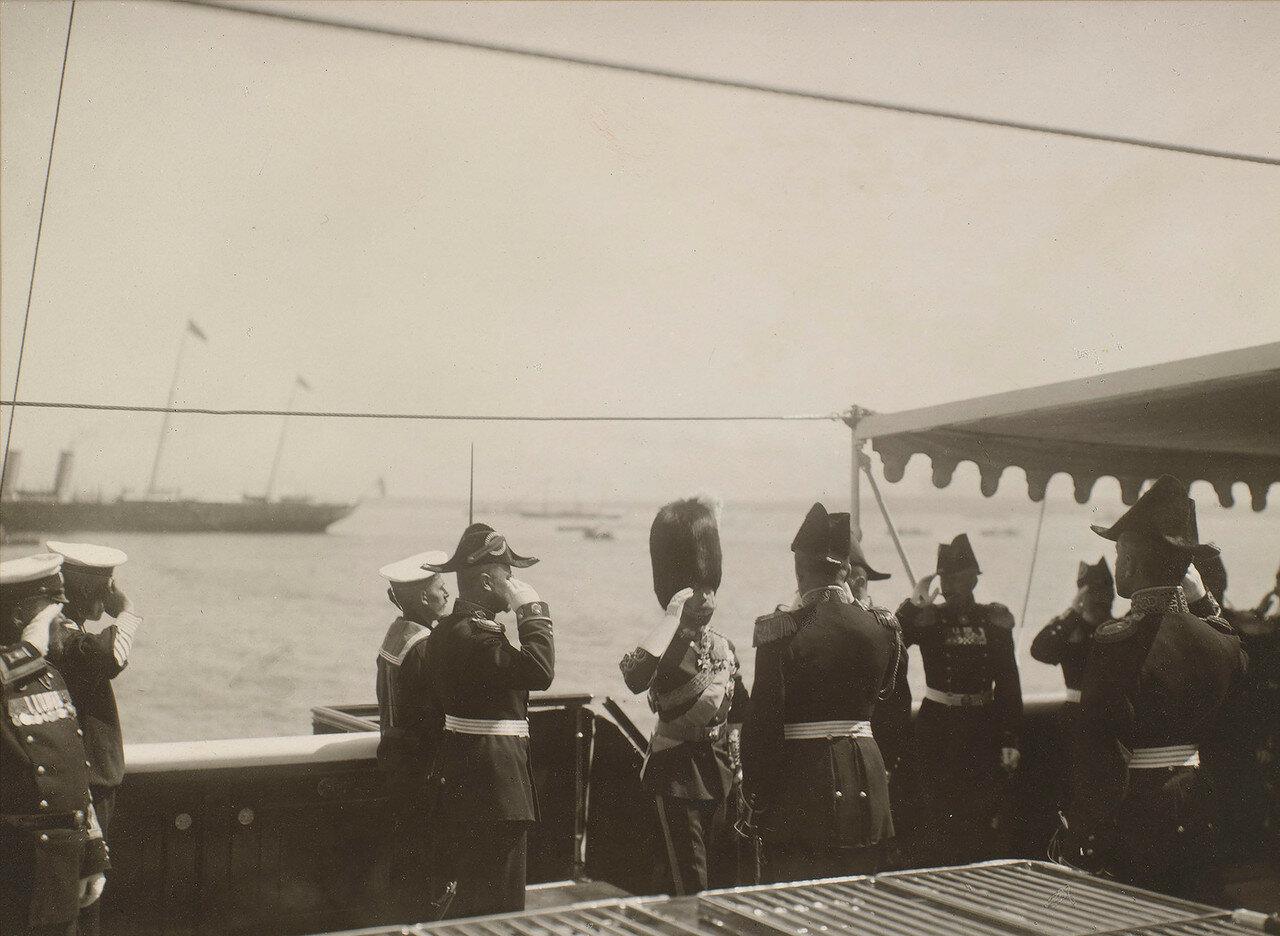 41. Николай II приветствует хозяев яхты