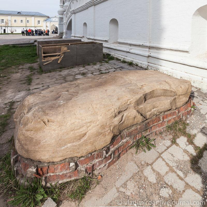 Мегалит - древний фундаментный камень Трицкого собора. Ипатьевский монастырь.