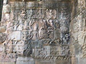 Абсолютно все камни Ангкора покрыты барельефами. А на одном четко изображен бронтозавр! (на фото нет, но есть на видео)
