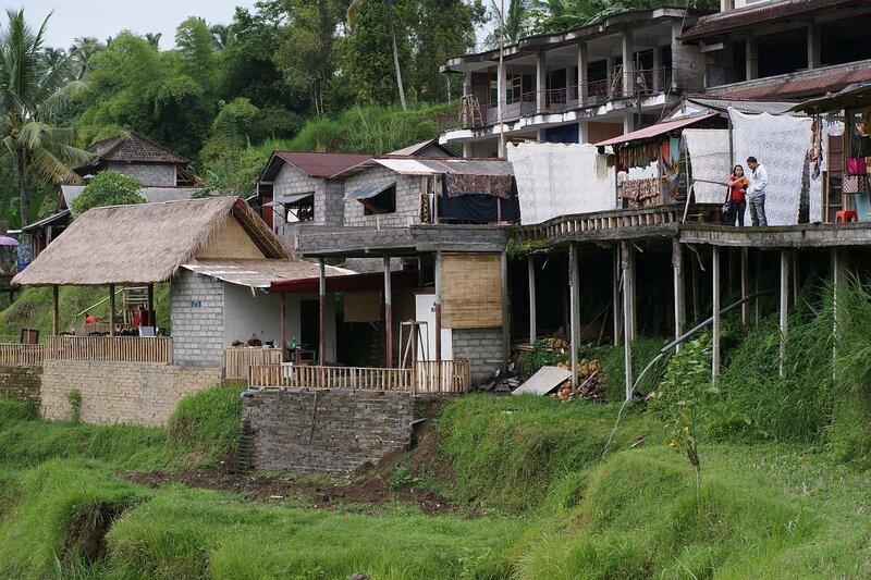 Поселение местных жителей, работающих на рисовых террассах неподалеку от Убуда, центральный Бали