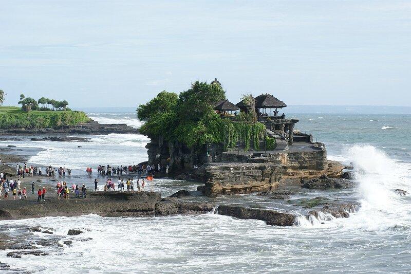 Морской храм Pura Tanah Lot на западном побережье Бали