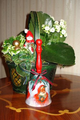 Рождественский цветок с колокольчиком.