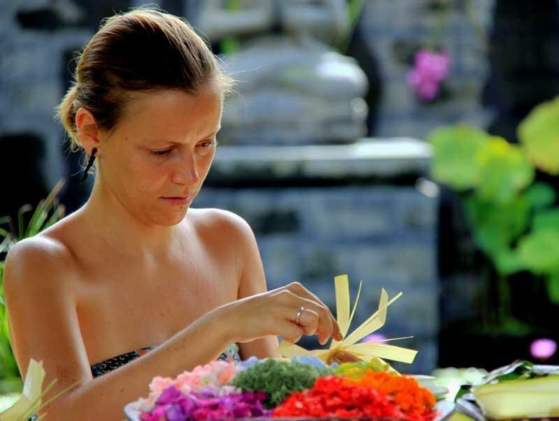 Изготовление жертвоприношений на Бали