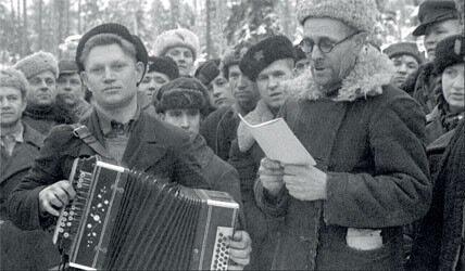 1943. Украинские партизаны встречают праздник в лесу: командир зачитывает поздравление