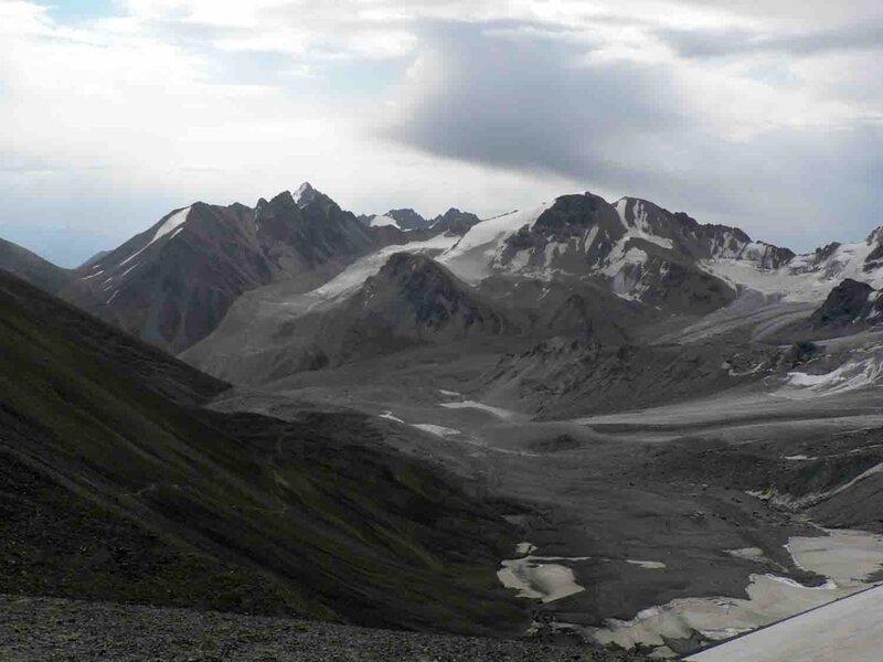 Мельников Сергей, Вид с перевала Аксу Северный. А сюда нам нужно будет спускаться, тропа слева