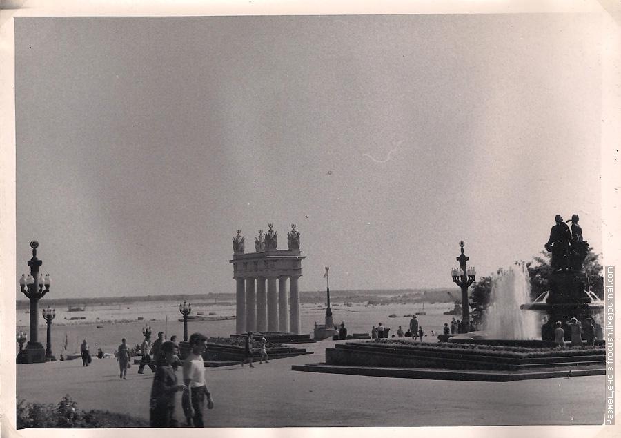 фото 1965 года Волгоград От вокзала на набережную ведет широкая гранитная лестница с арками-колоннадами наверху
