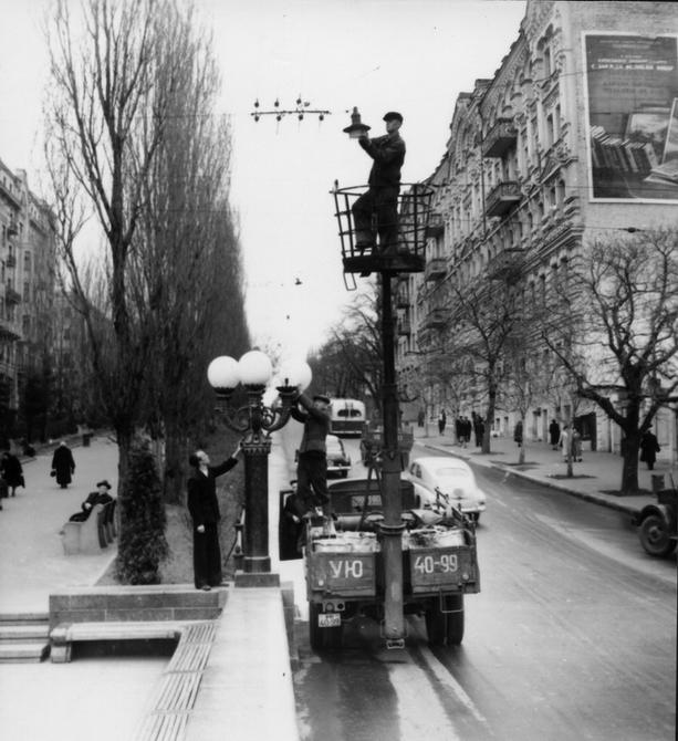 1956.04. Профилактический ремонт ламп уличного освещения на бульваре Шевченко