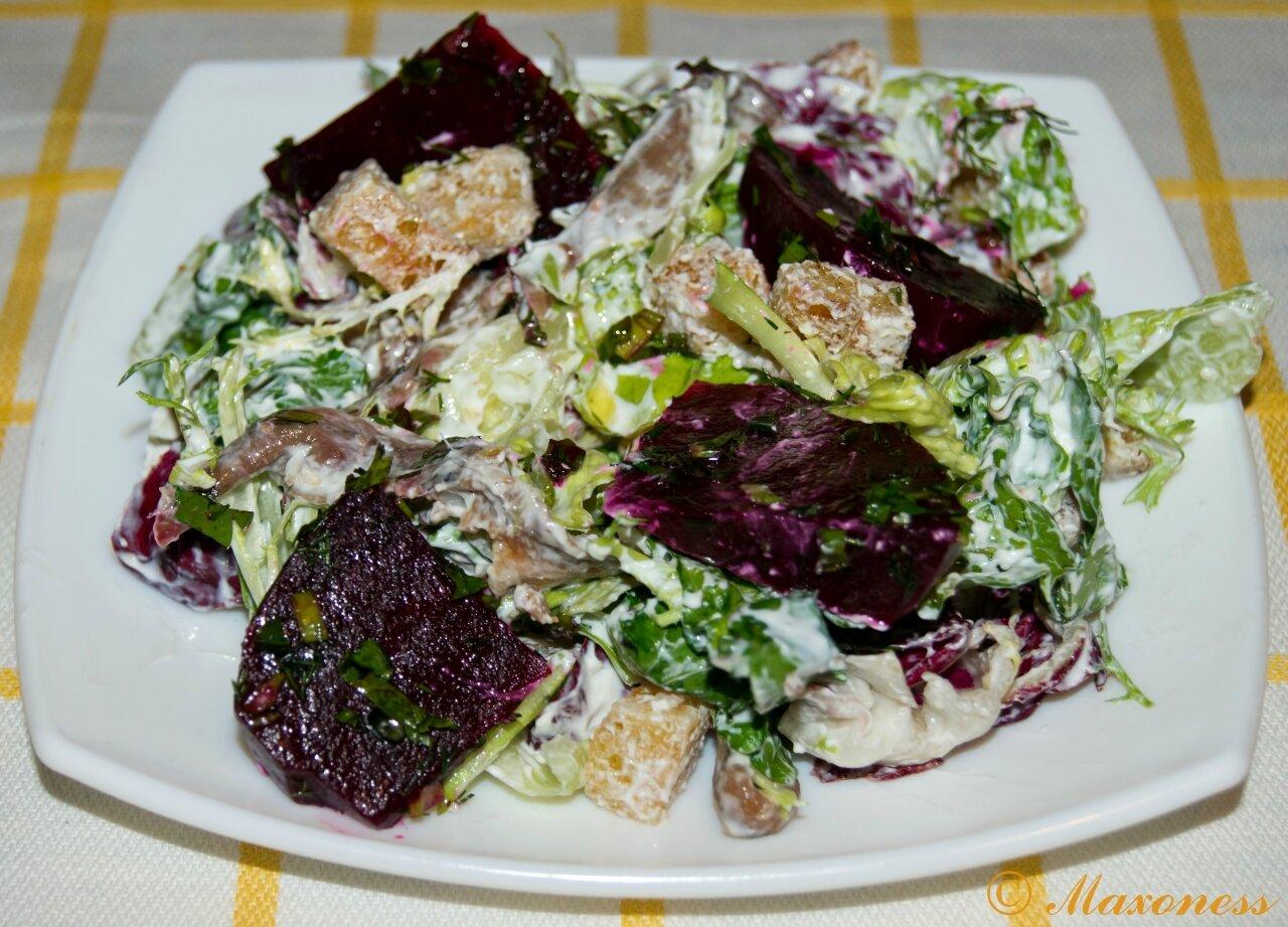 Салат из свеклы, козьего сыра и анчоусов