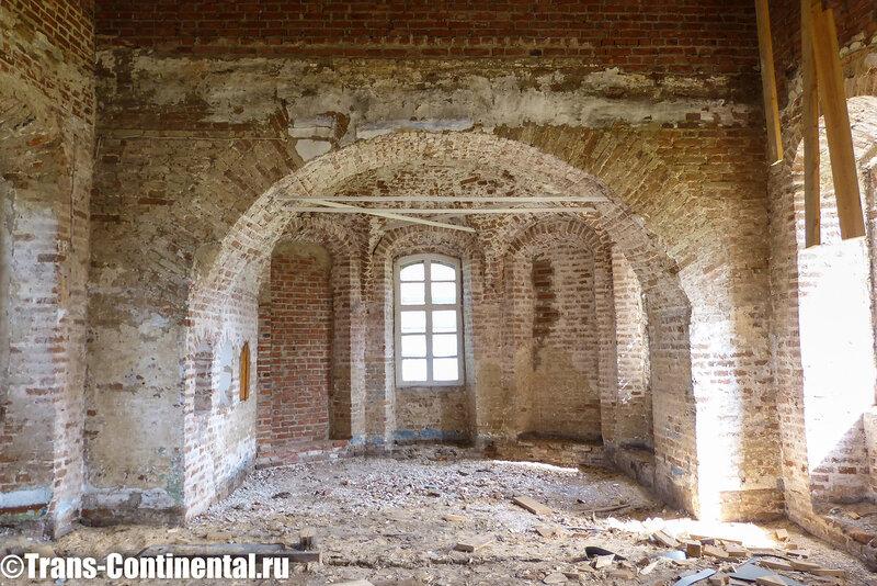 Посольский монастырь: еще невосстановленный храм.