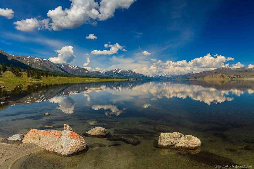 3. В тихой глади озера отражались белоснежные облака. На воде были видны круги от играющей рыбы. Есл