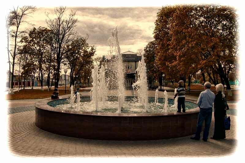 """Белгородский фонтан """"Северное сияние"""" у дома офицеров"""