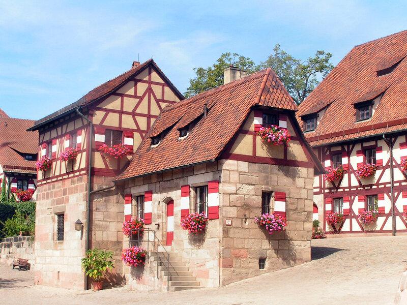Колодезный домик и здание секретариата