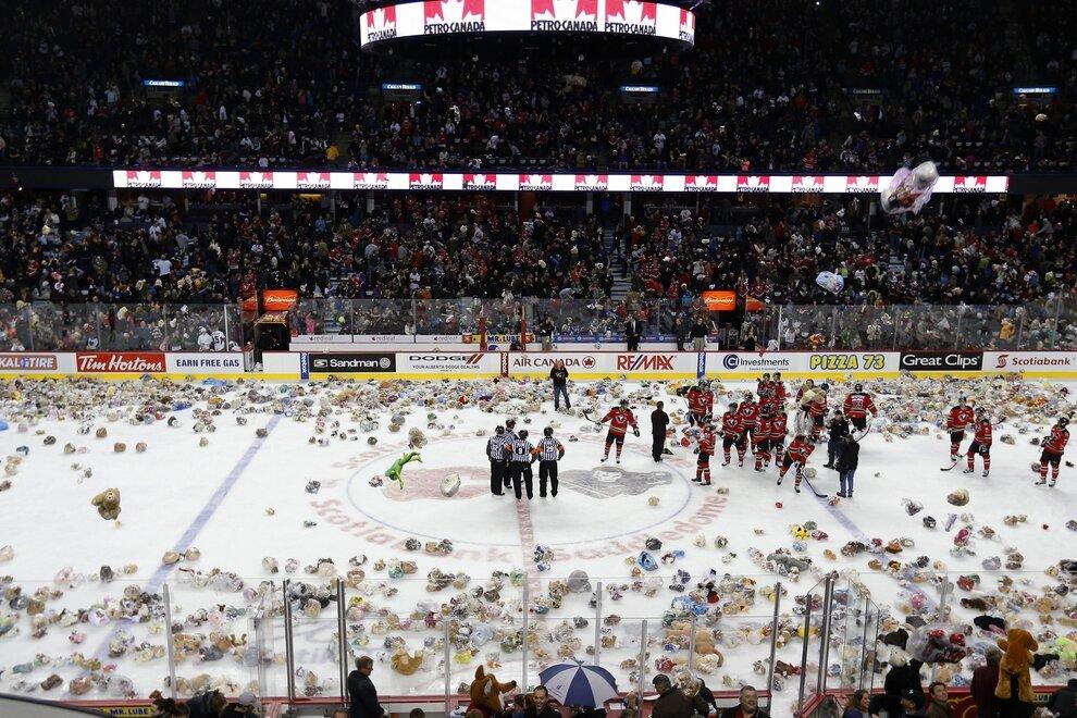 Игроки юниорского хоккейного клуба Calgary Hitmen во время матча против клуба Kootenay Ice, Калгари, Канада