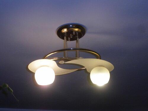 Фото 9. Люстра работает. «Энергосберегающая» лампа выглядит не лучшим образом и во включенном состоянии.