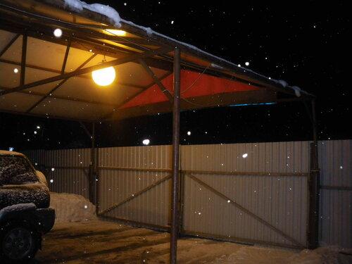 Фото 1. Подвес-шар освещает пространство под навесом, установленным на въезде в боксы автосервиса.