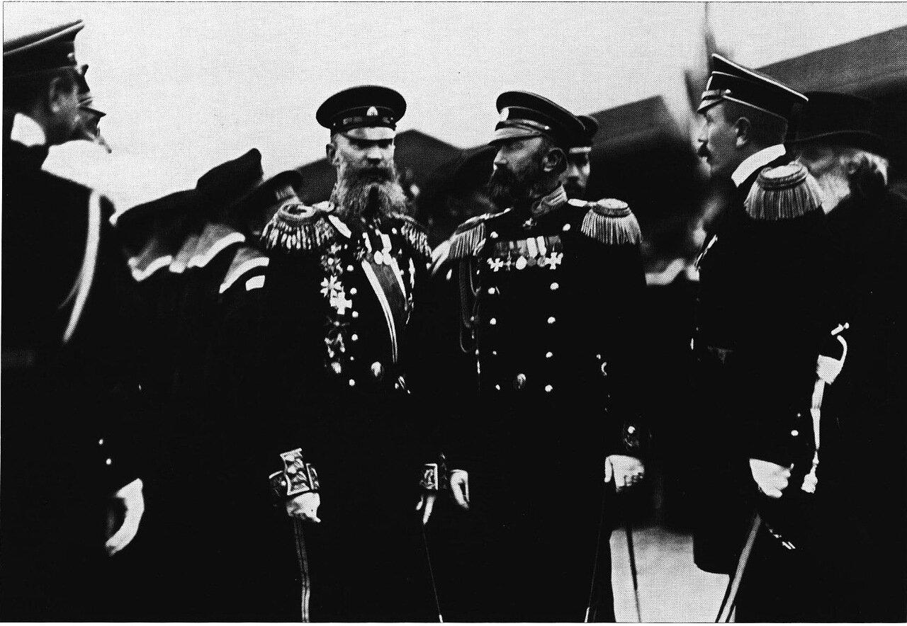 Командир крейсера Варяг В.Ф. Руднев (в центре) с группой офицеров. Санкт-Петербург.