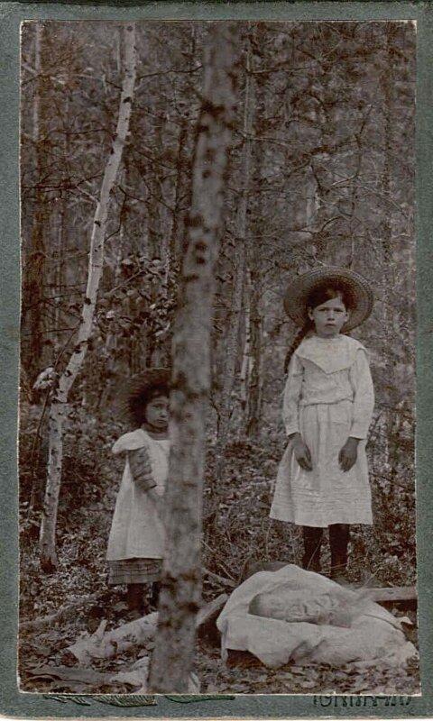 Три сестрички Рябчевские в 1912 году.Старшую, Марию  Юдины забирали на зиму к себе в Красноярск, чтобы девочка могла учиться.