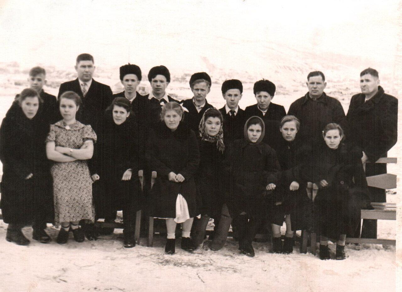 25. Группа выпускников с директором и фельдшером