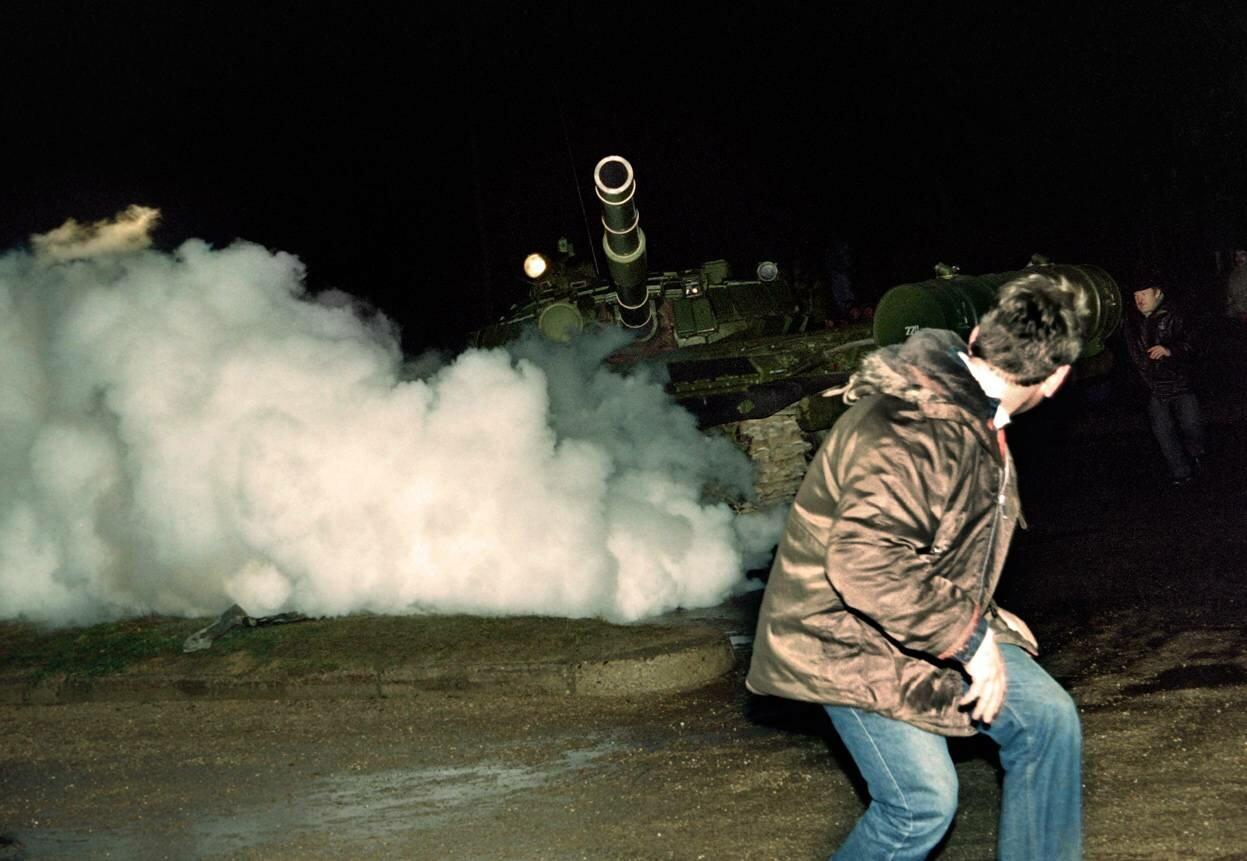 13 января 1991. Литовский демонстрант и российский танк во время нападения на радиотелевизионную станцию в Вильнюсе