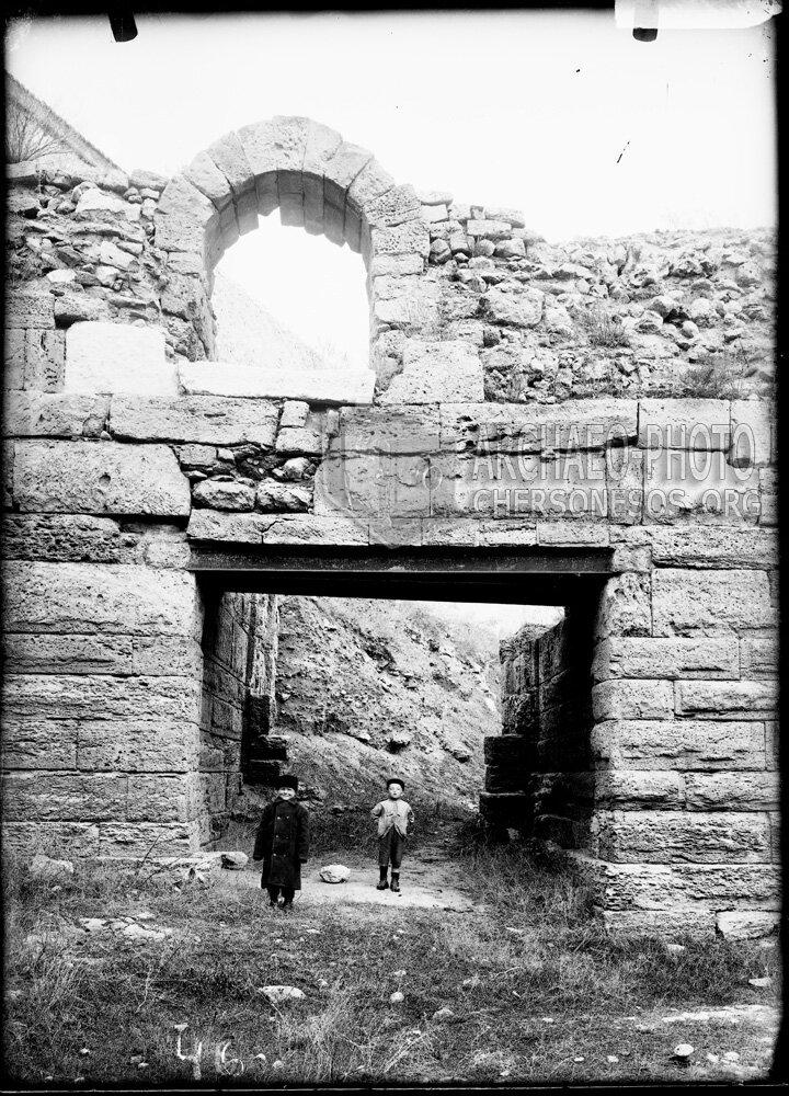 Дети у античных ворот. 1899 год