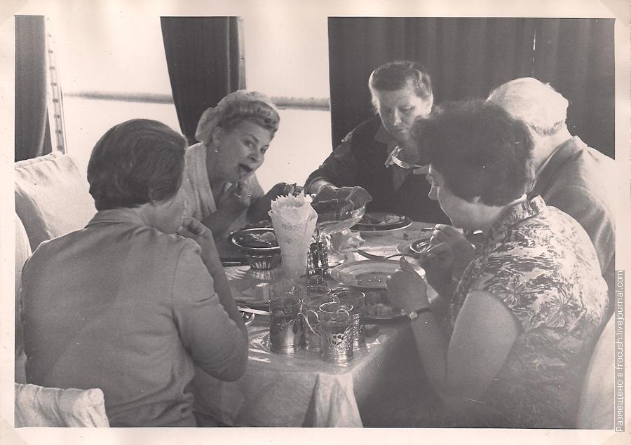 обед в ресторане теплохода 1965 год