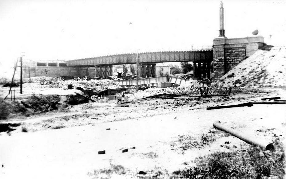 1944. Разрушенный путепровод на Сталинку. Сфотографированный со стороны озера Глинка (в районе современного переулка Филатова)