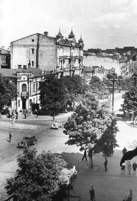 1946. Угол улиц Ленина (сейчас Богдана Хмельницкого) и Владимирской