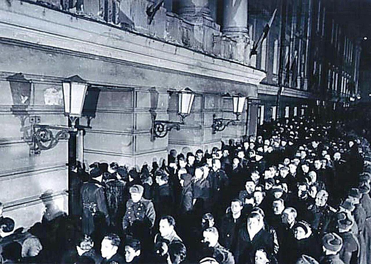 Трудящиеся Москвы перед входом в Колонный зал Дома Союзов, где установлен гроб с телом И. В. Сталина.