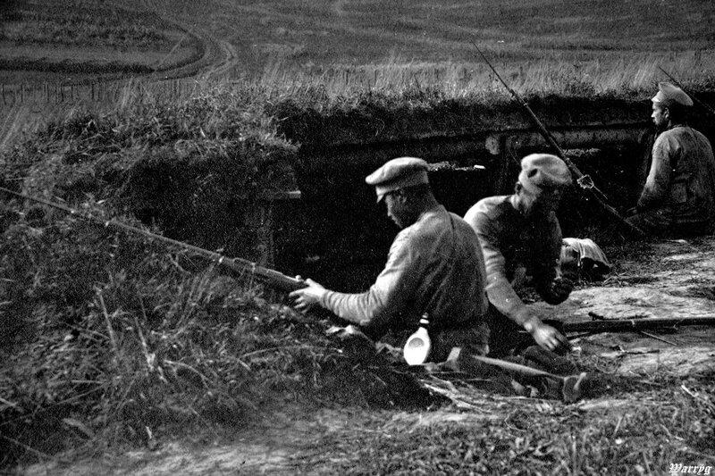 Фотография на стене - солдаты в окопах