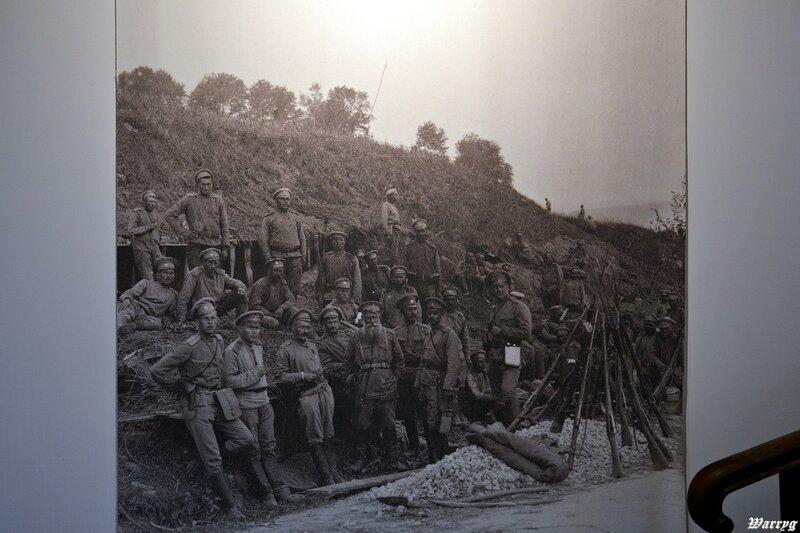 Фотография на стене - российские солдаты