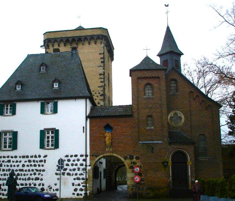 Picture 004.jpgГлавными воротами города были Рейнские ворота, расположенные на северной стороне рядом с Рейнской, или Таможенной, башней, построенной в 1388. Шестиэтажная квадратная башня имеет высоту 26 м, длина стороны 9,5 м. Рядом с башней, слева от во