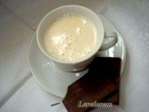 Чашечка белого кофе с карамелью