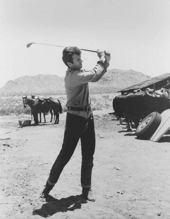 Клинт Иствуд играет в гольф на съемках фильма «Хороший, плохой, злой», 1966 год.