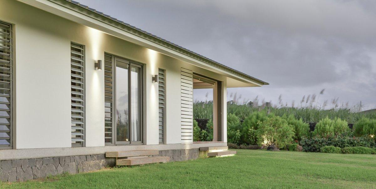маврикий дома, Rethink Studio, планировка одноэтажных домов фото, дерево в частном доме, проекты одноэтажных домов фото, одноэтажный коттедж фото
