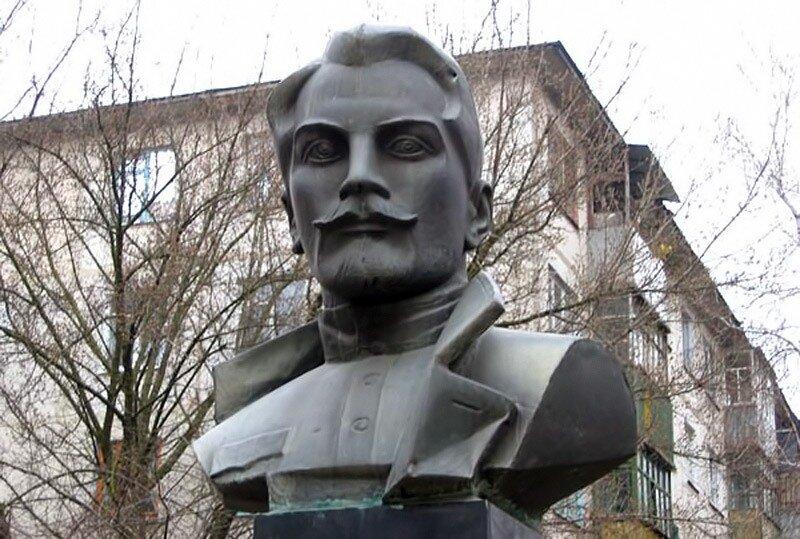 Памятник Николаю Щорсу в Белгороде, фото ИА Бел.ру, 2003