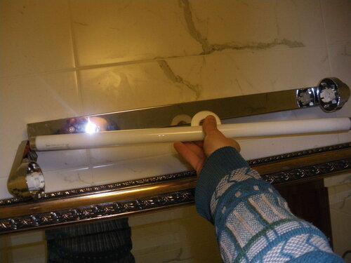 Фото 6. Установка новой люминесцентной лампы производится в обратном порядке.