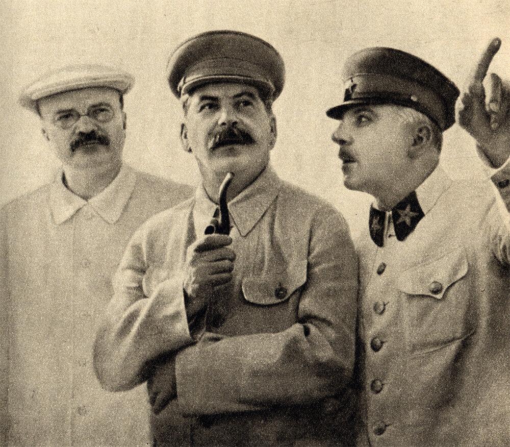 Молотов, Сталин и Ворошилов на центральном аэродроме имени Фрунзе в Москве 25 июня 1937 года во время встречи участников экспедиции на Северный полюс
