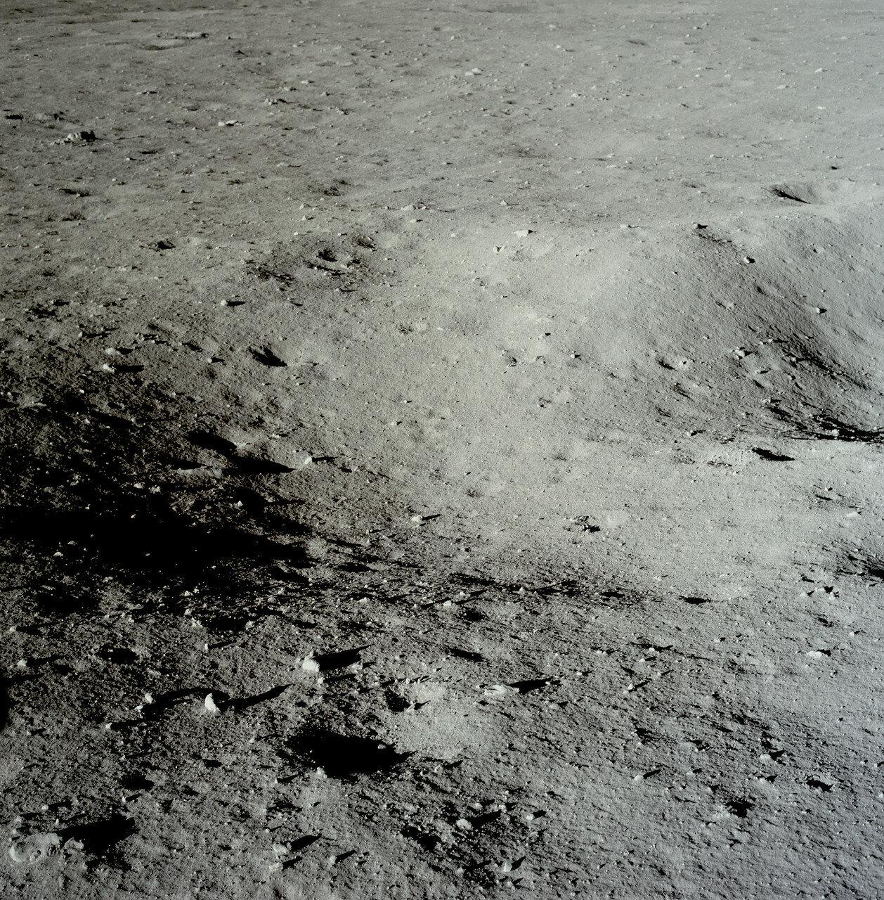 Армстронг заметил, что один из ориентиров, кратер Маскелайн W, они пролетели примерно на 3 секунды раньше, чем предполагалось. Это означало, что они сядут дальше расчётной точки.