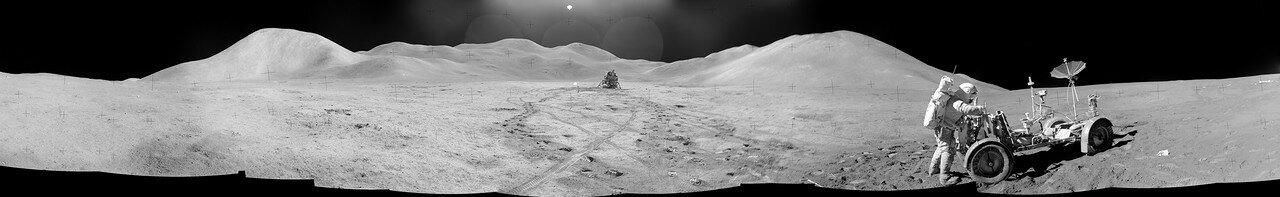 Во второй день перед астронавтами стояла задача добраться до фронта Апеннин, подняться немного в гору и сделать там по возможности три геологические остановки. На снимке: Панорама Монс Хадли (слева) и Монс Хадли Дельта (справа)