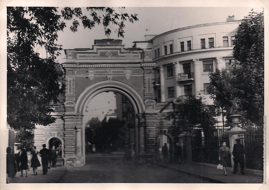 Фотография 1965 года. Казань. Арка красного цвета в Кировском районе