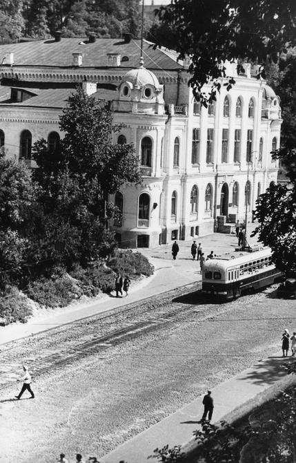 1949.08. Трамвай на Владимирском спуске возле Дворца пионеров (теперь здесь Национальная филармония Украины)