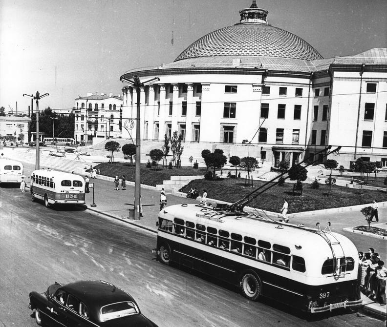 1960. Остановка троллейбусов на площади Победы возле цирка