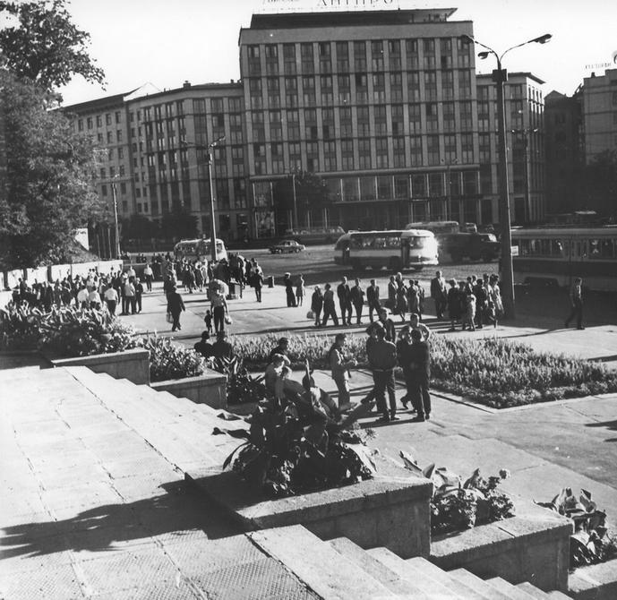 1960-е. Площадь Ленинского комсомола (теперь Европейская площадь) и гостиница Днепр. Фото: Белозеров С.