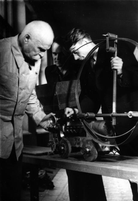 1940-е, конец. Герой Социалистического Труда директор Института электросварки АН УССР Е.О.Патон с сыновьями в своем кабинете