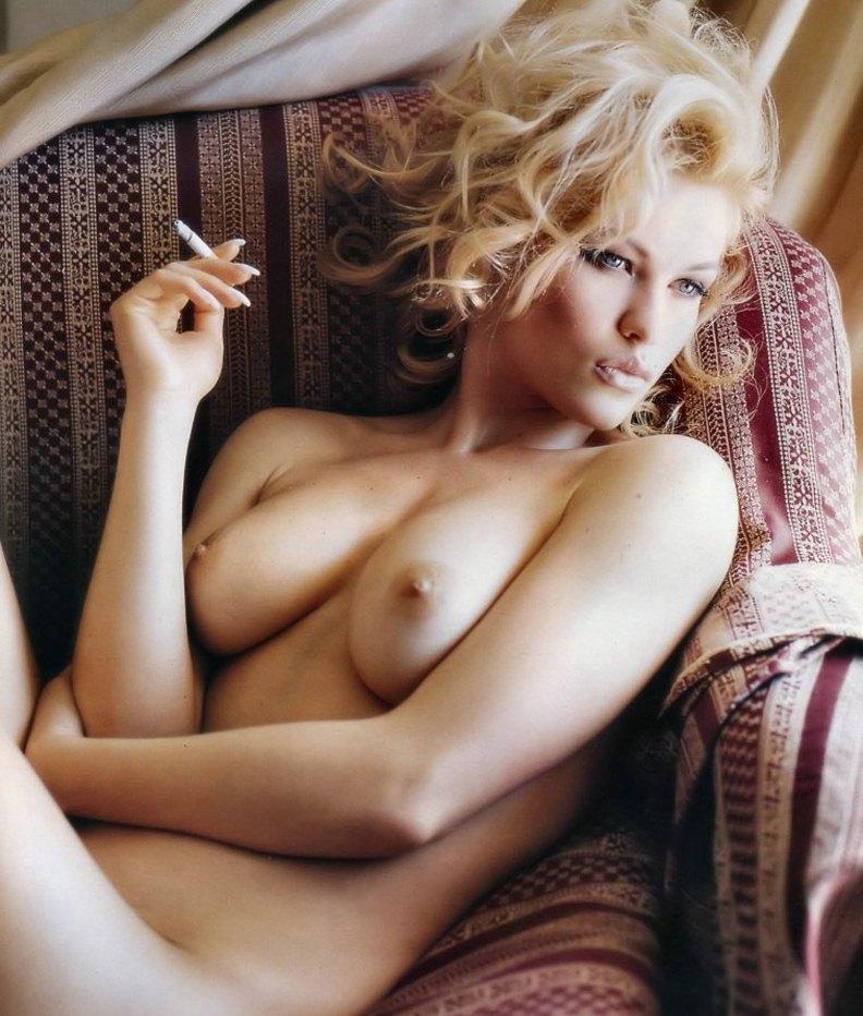Голая девушка с сигаретой