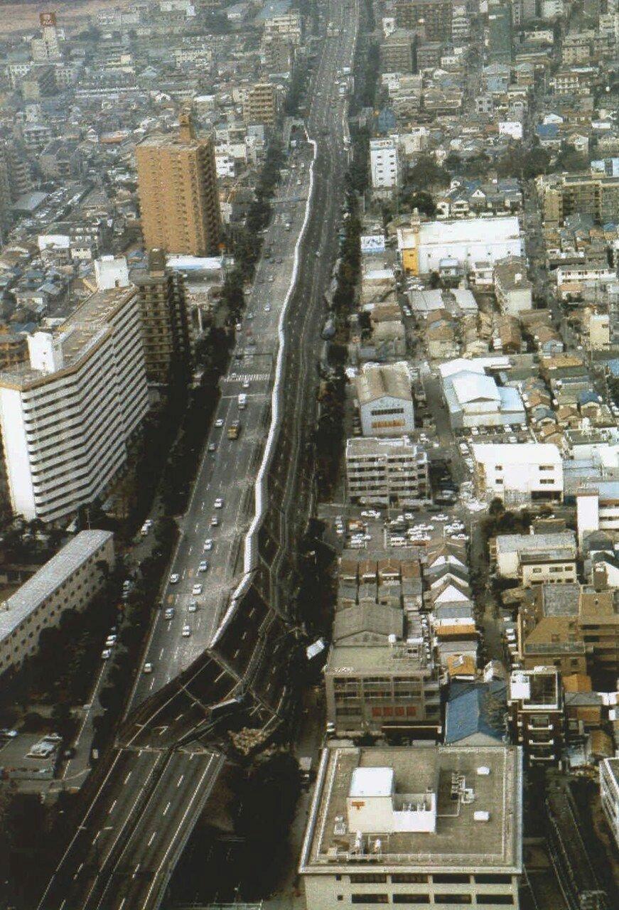 Часть рухнувшего скоростного шоссе Хансин после Великого хансинского землетрясения (или Землетрясение в Кобе), произошедшего 17 января 1995 года.jpg