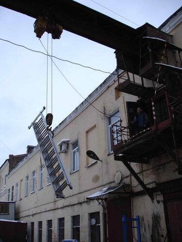 Фото 7. Поднимаем лестницу на второй этаж с помощью кран-балки. Лестница достигла уровня второго этажа. Вид с противоположной стороны.